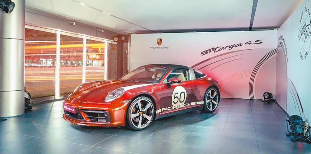 PORSCHE 911 Targa 4S Heritage Design Edition全球限量992台,台灣僅14 台,售價1003萬元。圖/台灣保時捷提供